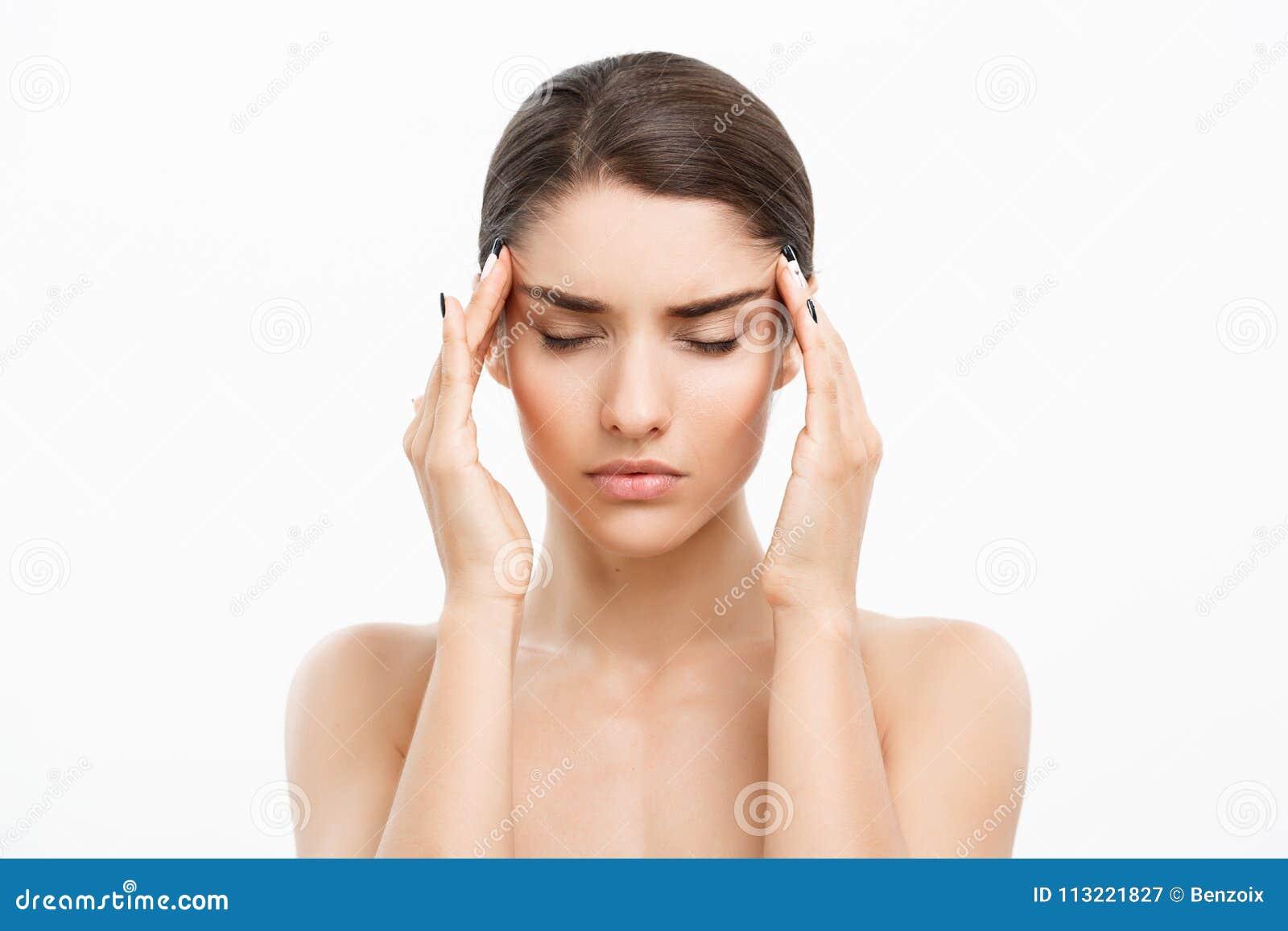 Conceito dos cuidados com a pele da beleza - retrato caucasiano bonito da cara da mulher Toque modelo fêmea novo da menina da bel