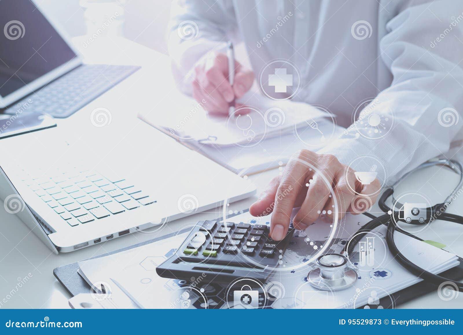 Conceito dos custos e das taxas dos cuidados médicos A mão do doutor esperto usou um Ca