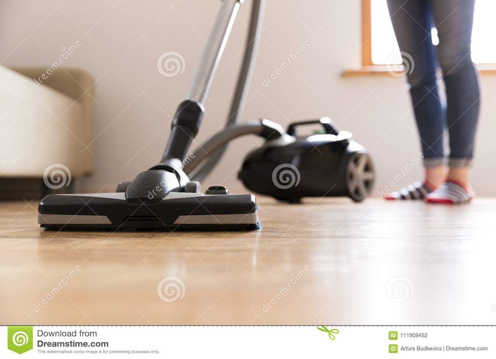 Conceito dos povos, dos trabalhos domésticos e das tarefas domésticas - mulher feliz com aspirador de p30 em casa Limpeza da prim