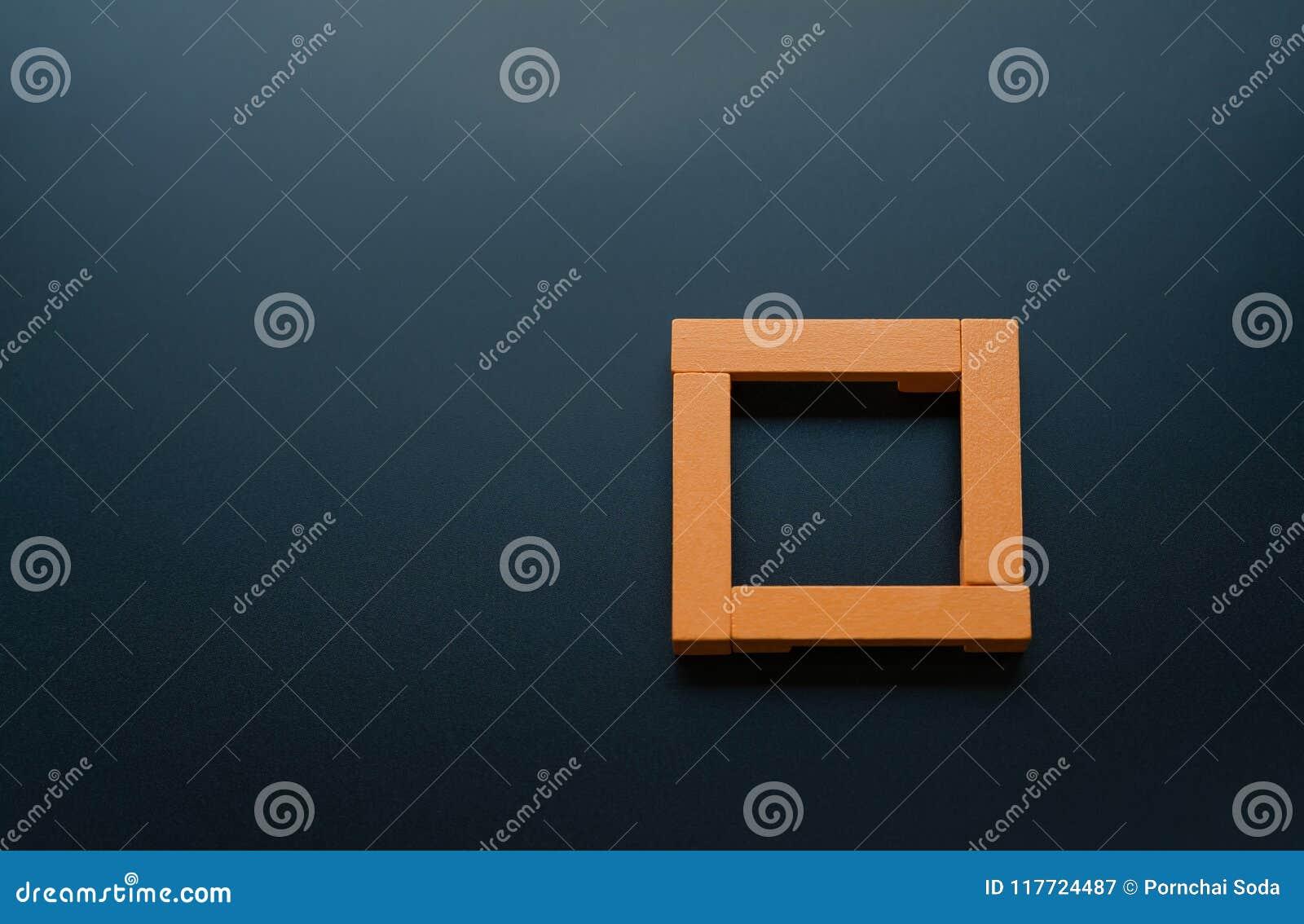Conceito dos trabalhos de equipa grupo de quadrado de madeira nos fundos pretos com espaço da cópia