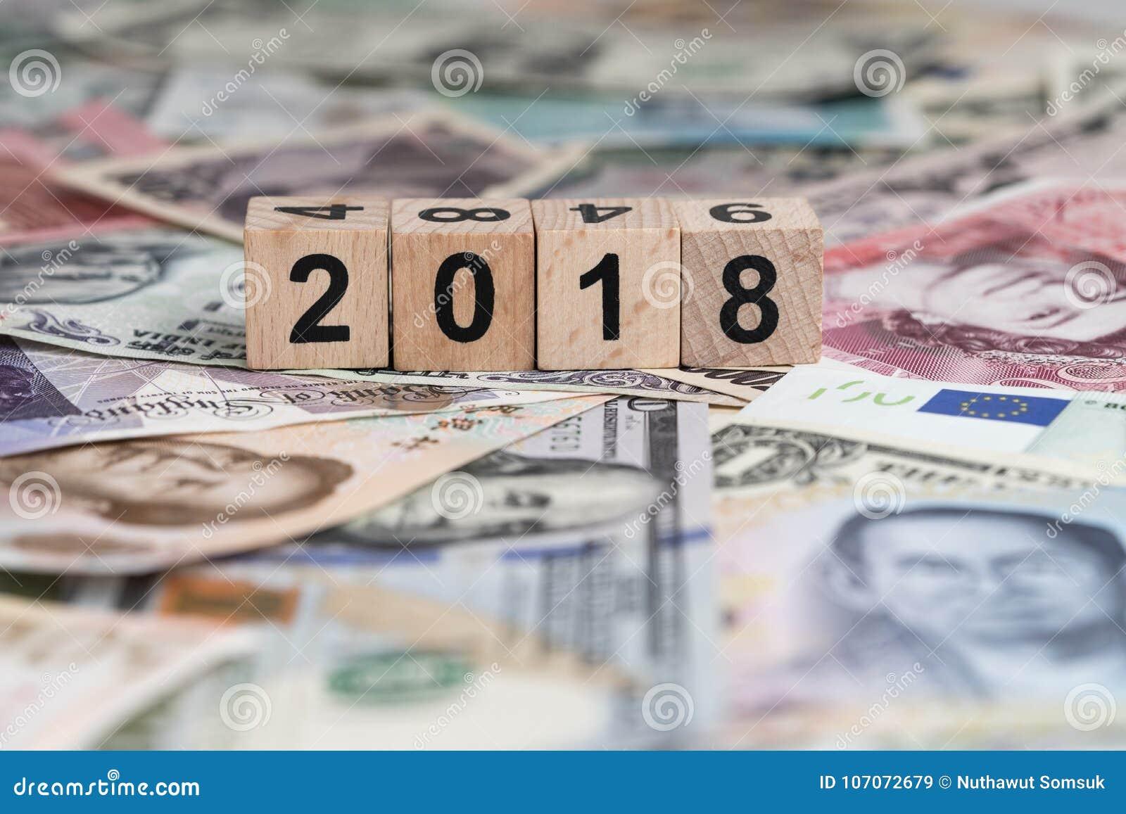 Conceito econômico ou financeiro do mundo 2018 do ano com cubo b de madeira
