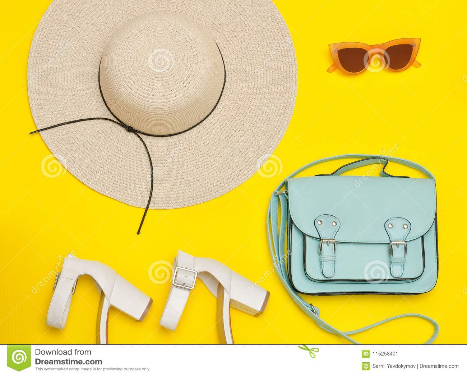 421eefae13 Conceito elegante Chapéu da praia do ` s das mulheres, bolsa, sapatas  brancas Fundo amarelo Configuração lisa