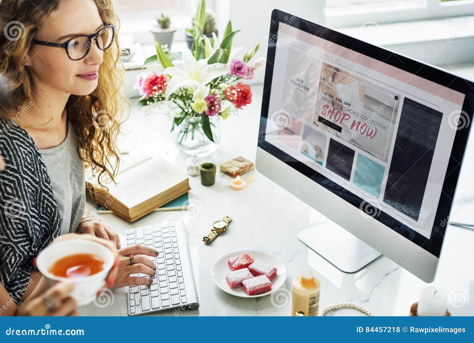 Conceito em linha de compra do computador do Web site da mulher