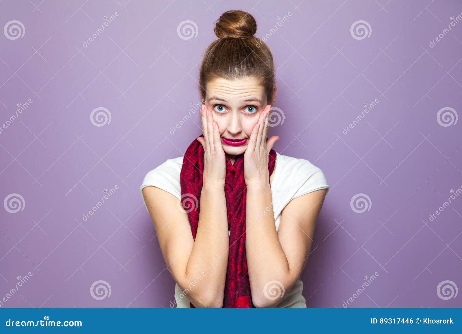 Conceito emocional infeliz da expressão no fundo roxo
