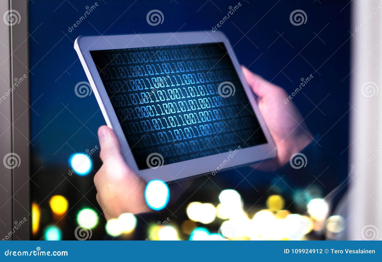 Conceito escuro da segurança da Web e do cyber Homem ou hacker que usa a tabuleta