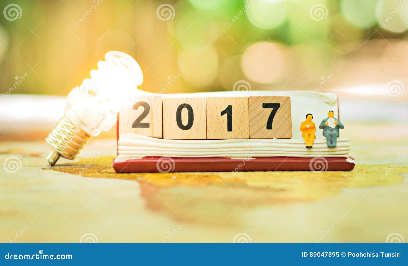 Conceito feliz do Ano Novo do bloco 2017 de madeira do número