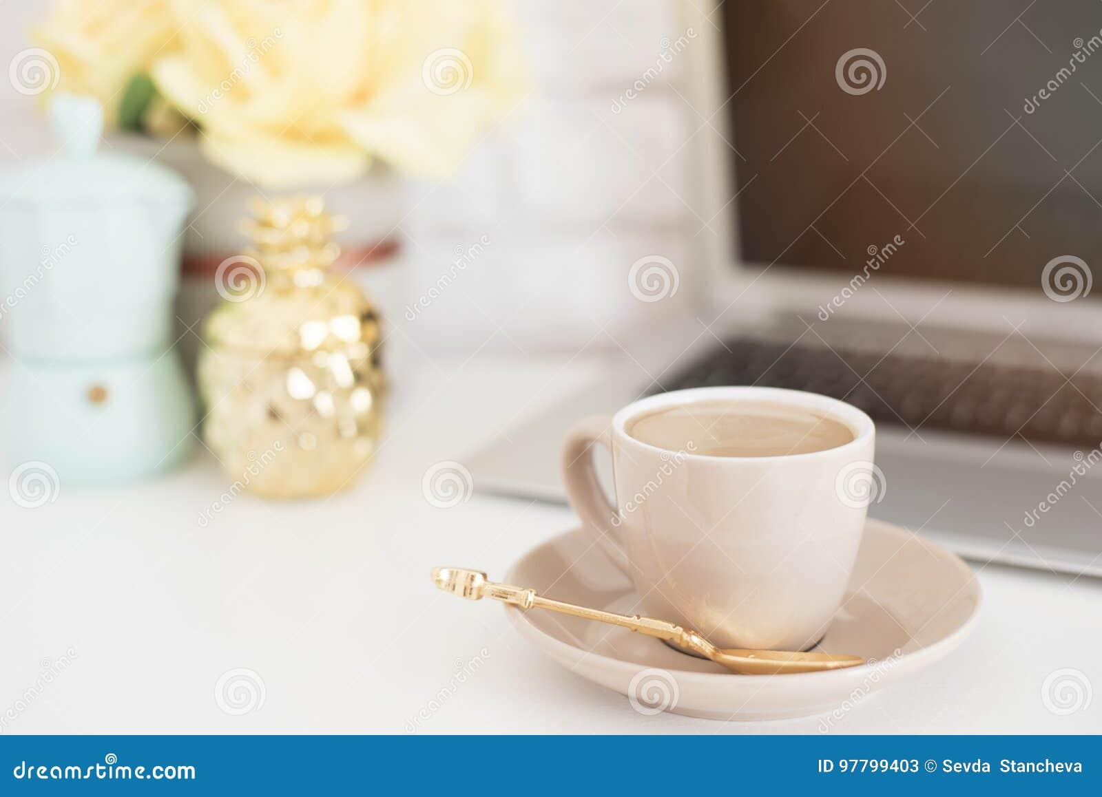 Conceito feminino do local de trabalho Espaço de trabalho confortável da feminilidade da forma autônomo com portátil, café, flore