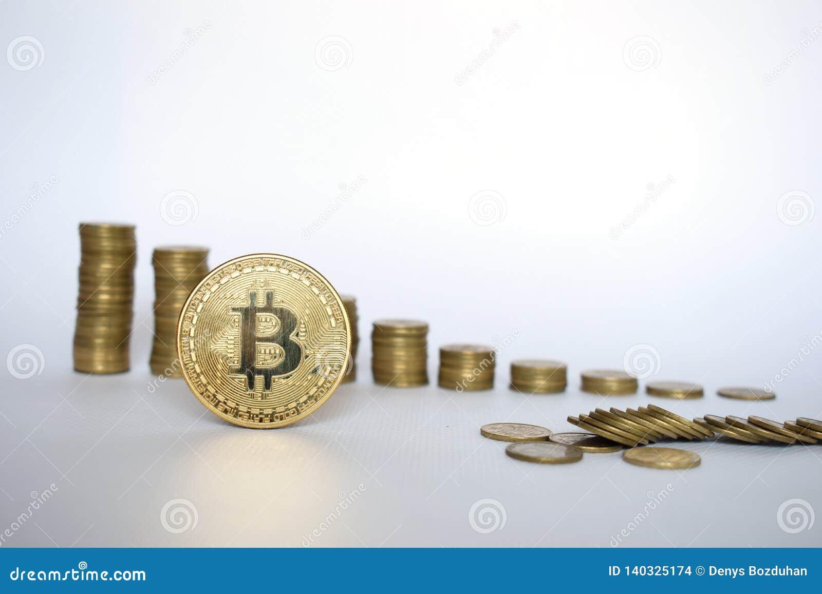 Conceito financeiro do crescimento com a escada de Bitcoins no fundo branco, dinheiro virtual