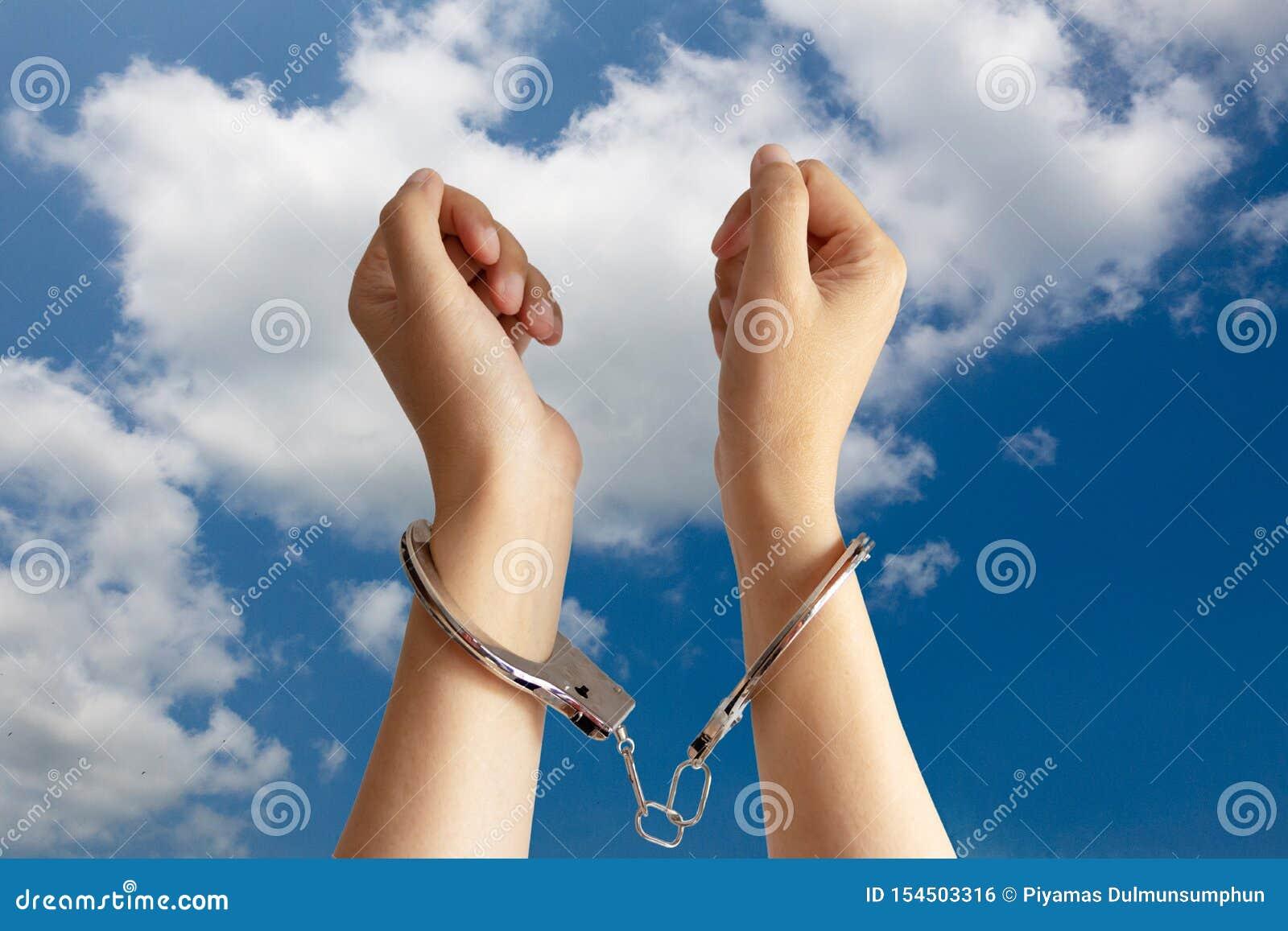 Conceito humano dos problemas do tráfico, do trabalho de escravo e da opressão do trabalho duas mãos foram encarceradas pela alge