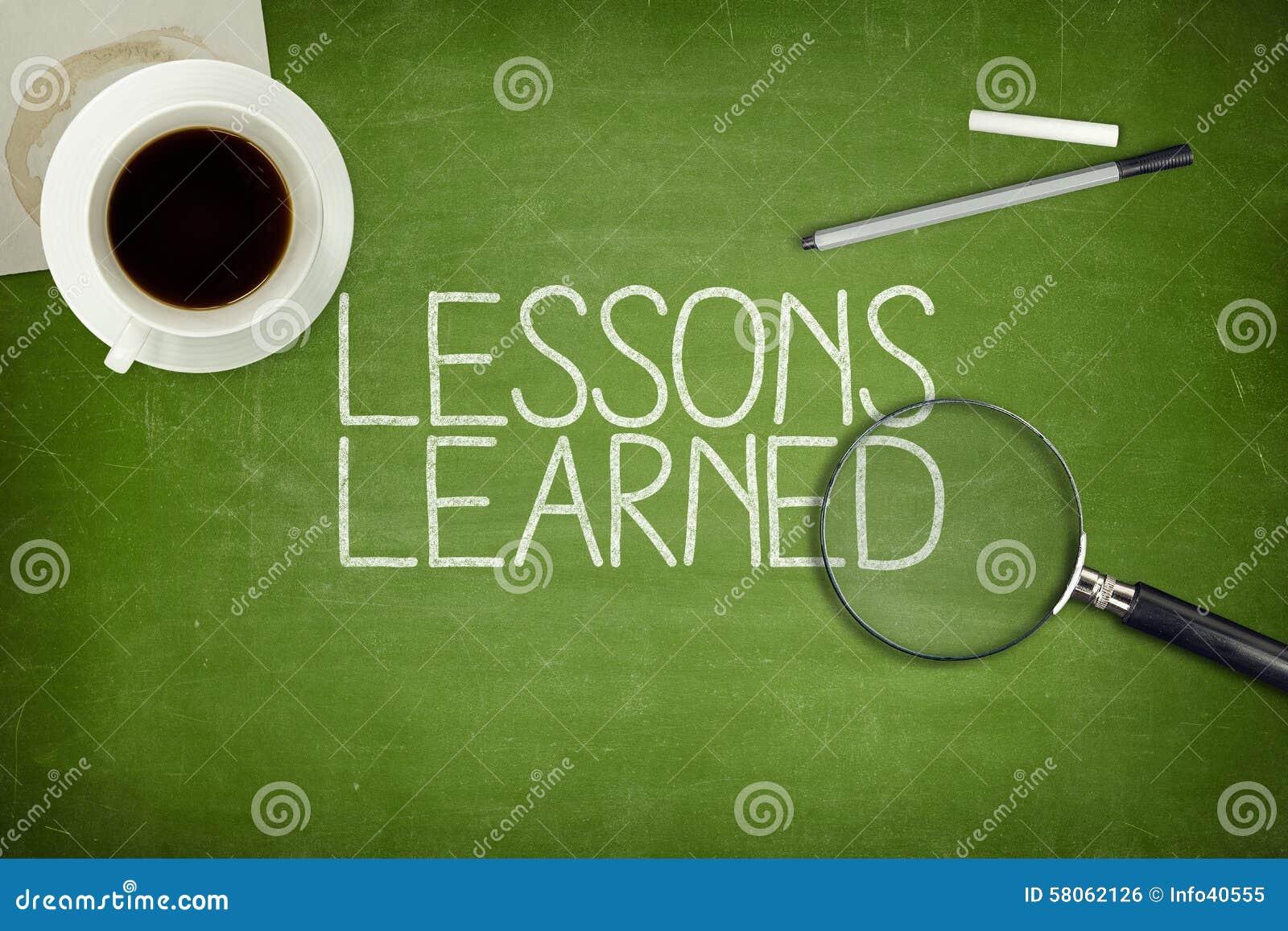Conceito instruído das lições no quadro-negro verde