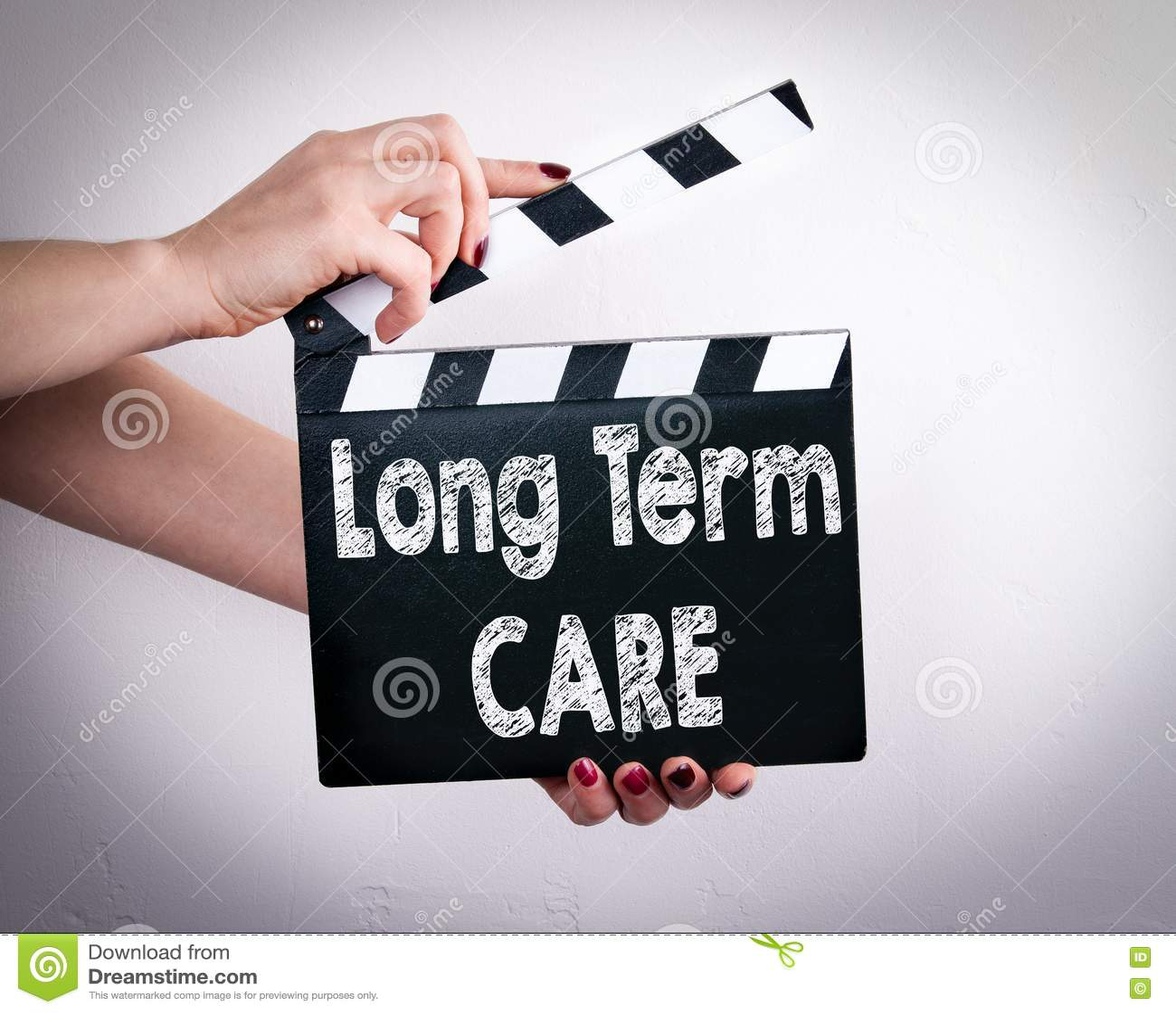 Conceito a longo prazo do cuidado Mãos fêmeas que guardam a válvula do filme