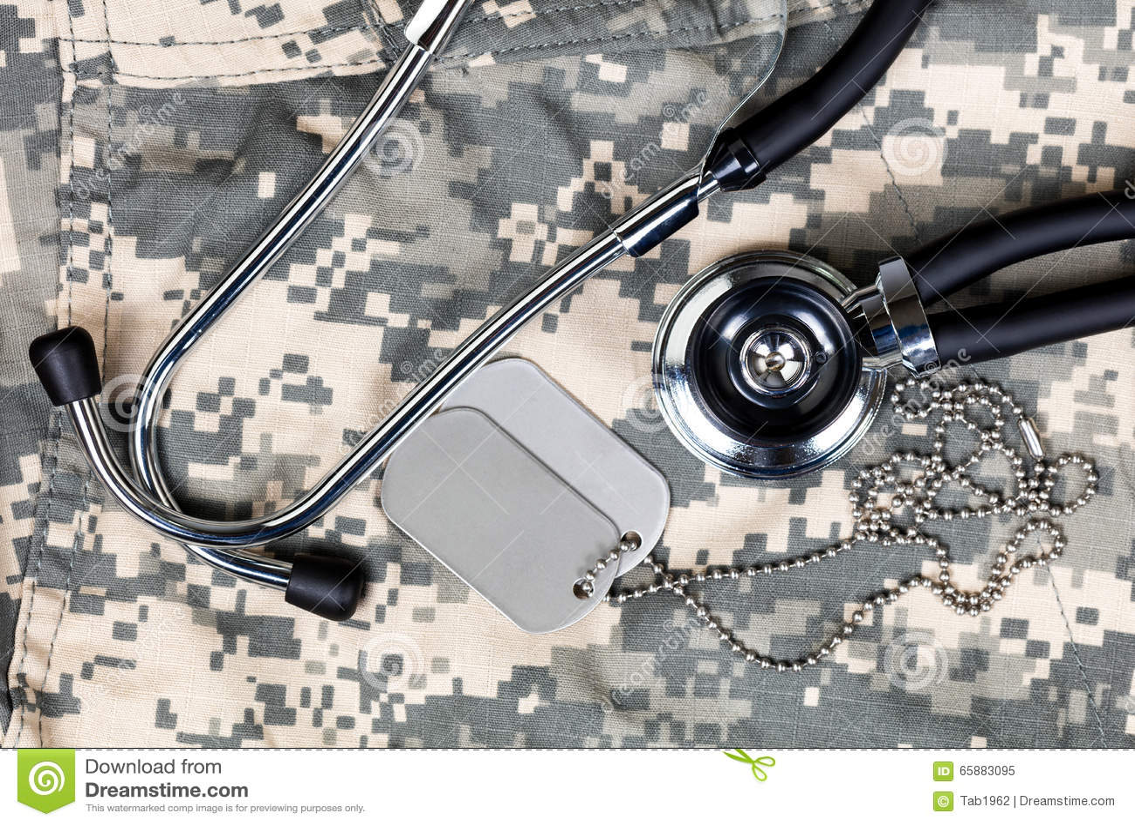 Conceito médico militar com a etiqueta do estetoscópio e de identificação