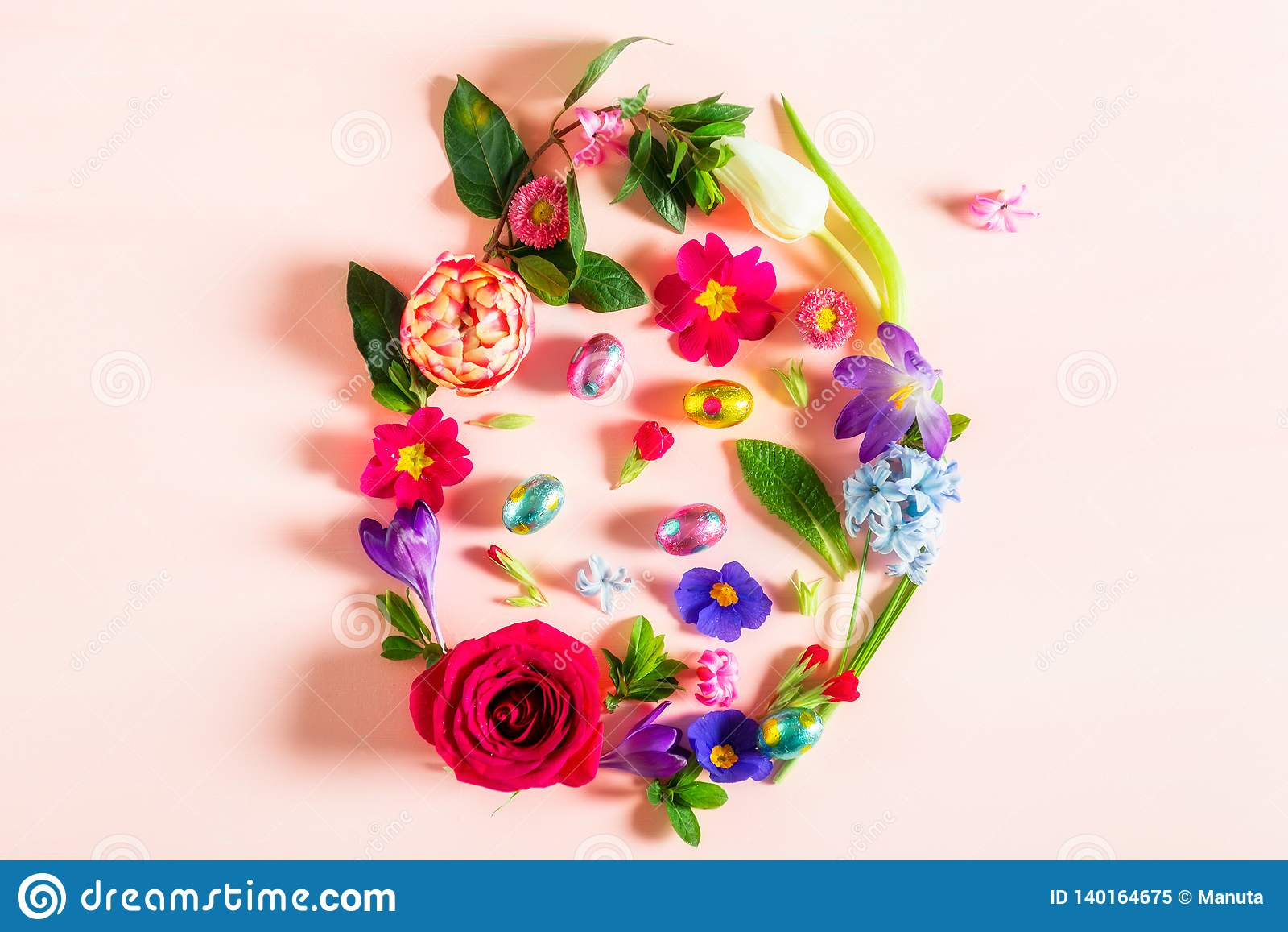Conceito mínimo da Páscoa Forma do ovo feita das flores da mola