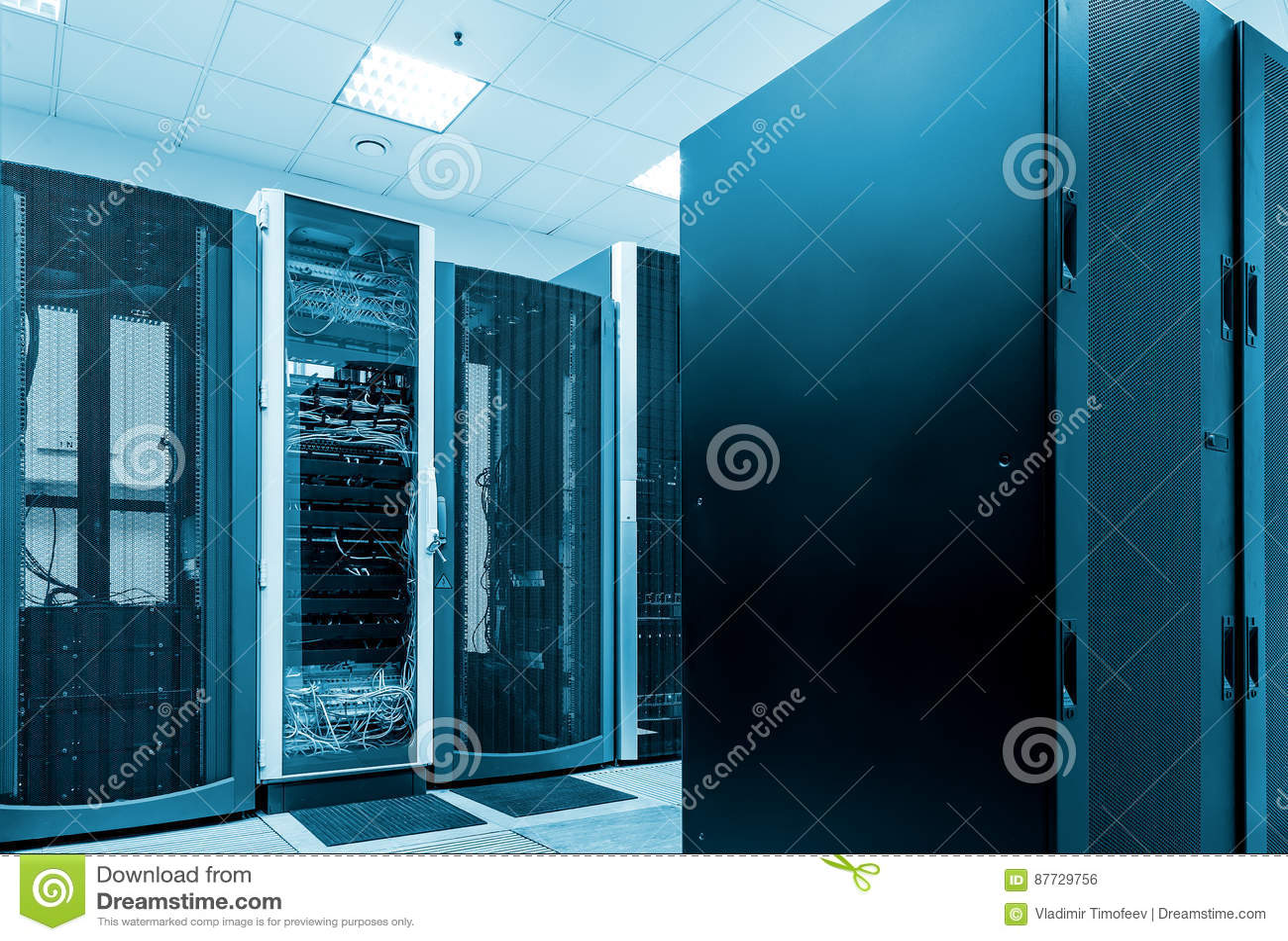 Conceito moderno do computador da tecnologia da rede e da telecomunicação: sala do servidor no datacenter