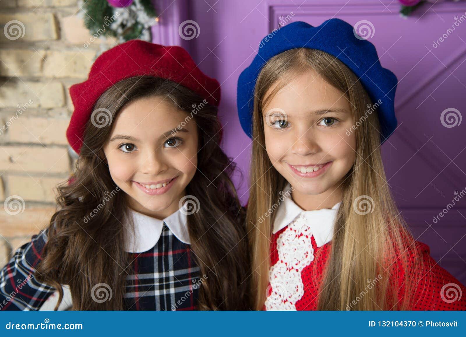 73e0c9a1cdb6d Conceito nobre da senhora Cara de sorriso das crianças francesas das meninas  que levanta nos chapéus