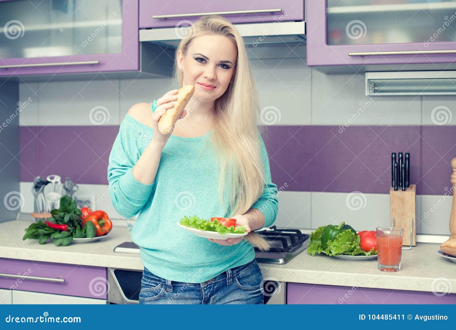 Conceito saudável da gravidez Retrato da mulher gravida nova bonita
