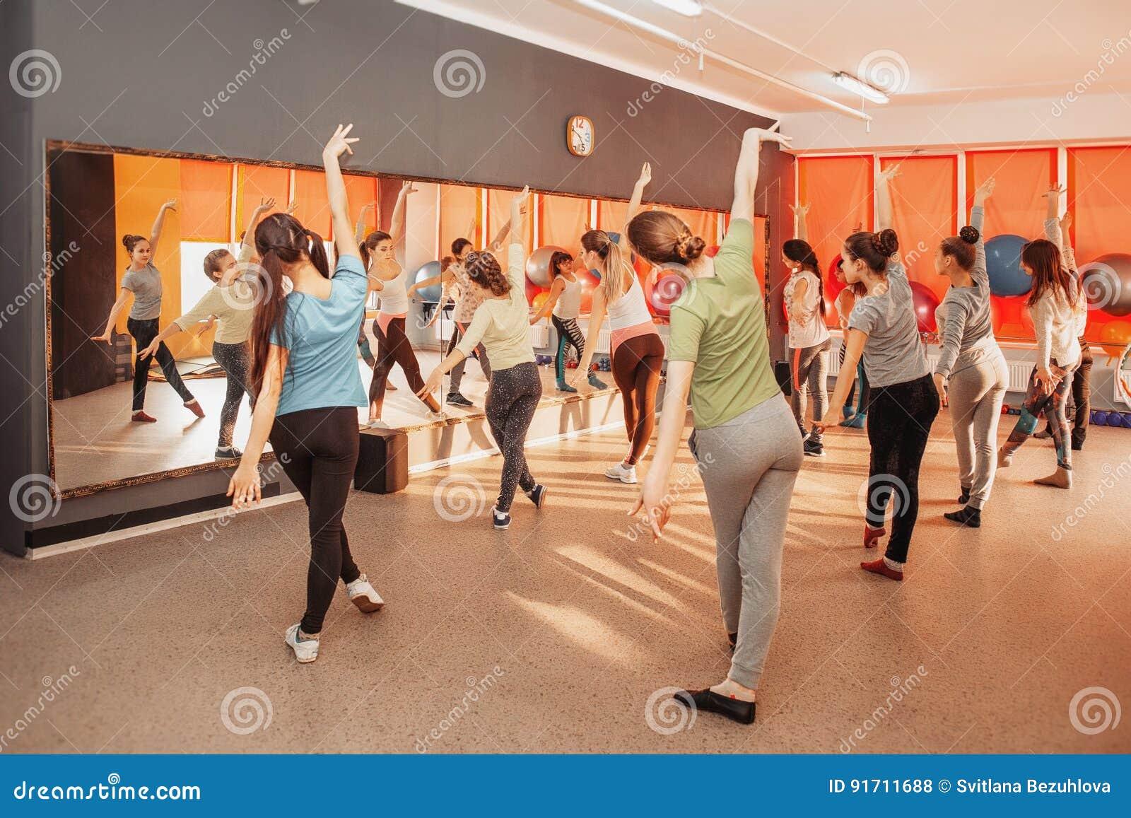 Conceito saudável do estilo de vida das crianças - grupo de desportivo dos adolescentes que exercitam no gym
