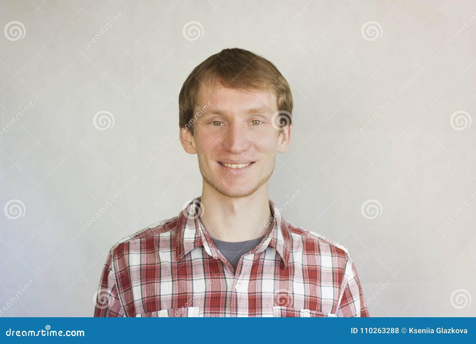 Conceito saudável do sorriso Um jovem