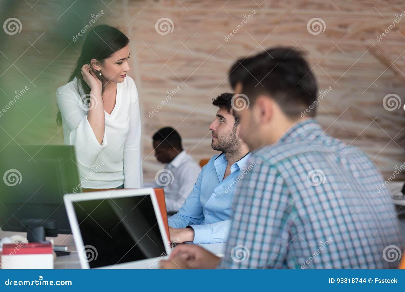 Conceito Startup da reunião de sessão de reflexão dos trabalhos de equipa da diversidade