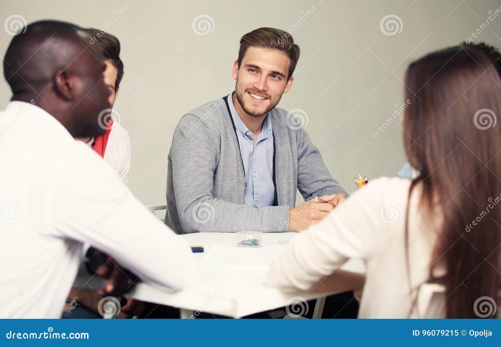 Conceito Startup da reunião de sessão de reflexão dos trabalhos de equipa da diversidade Gráfico do portátil de Team Coworker Glo