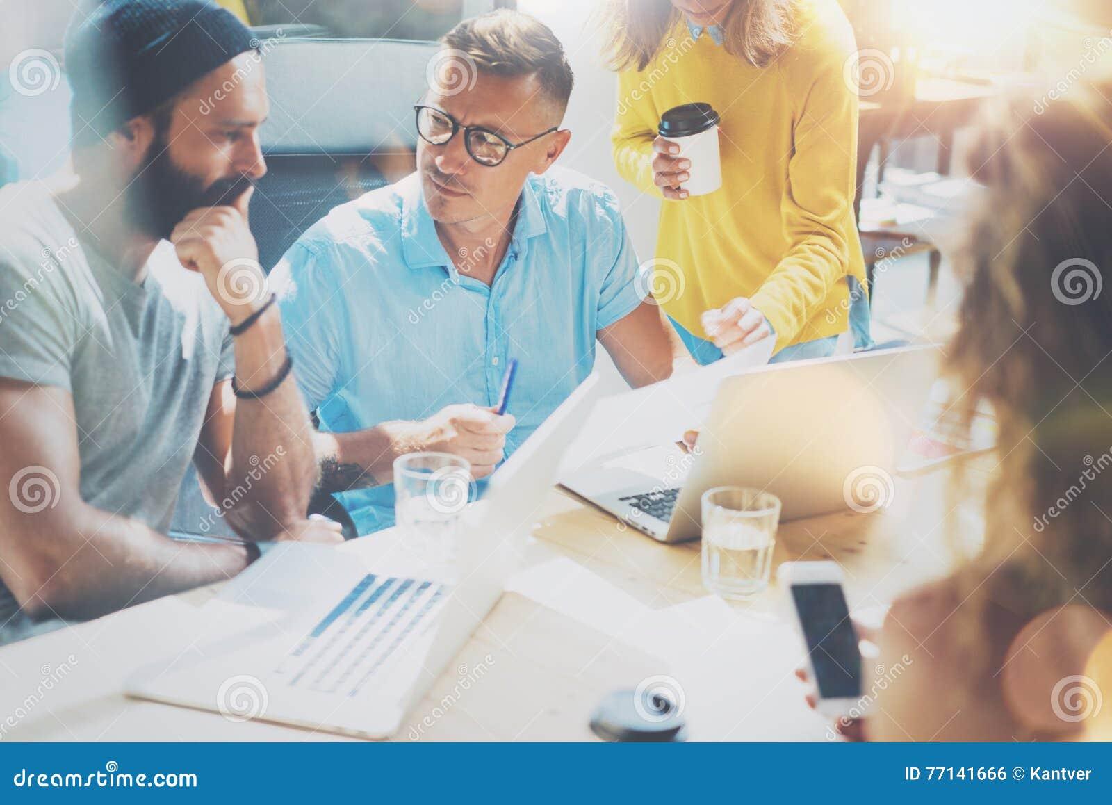 Conceito Startup da reunião de sessão de reflexão dos trabalhos de equipa da diversidade Portátil de Team Coworker Global Sharing
