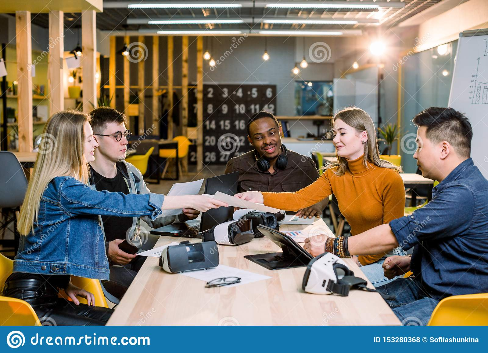 Conceito Startup da reuni?o de sess?o de reflex?o dos trabalhos de equipa da diversidade Gr?fico do port?til de Team Coworker Glo