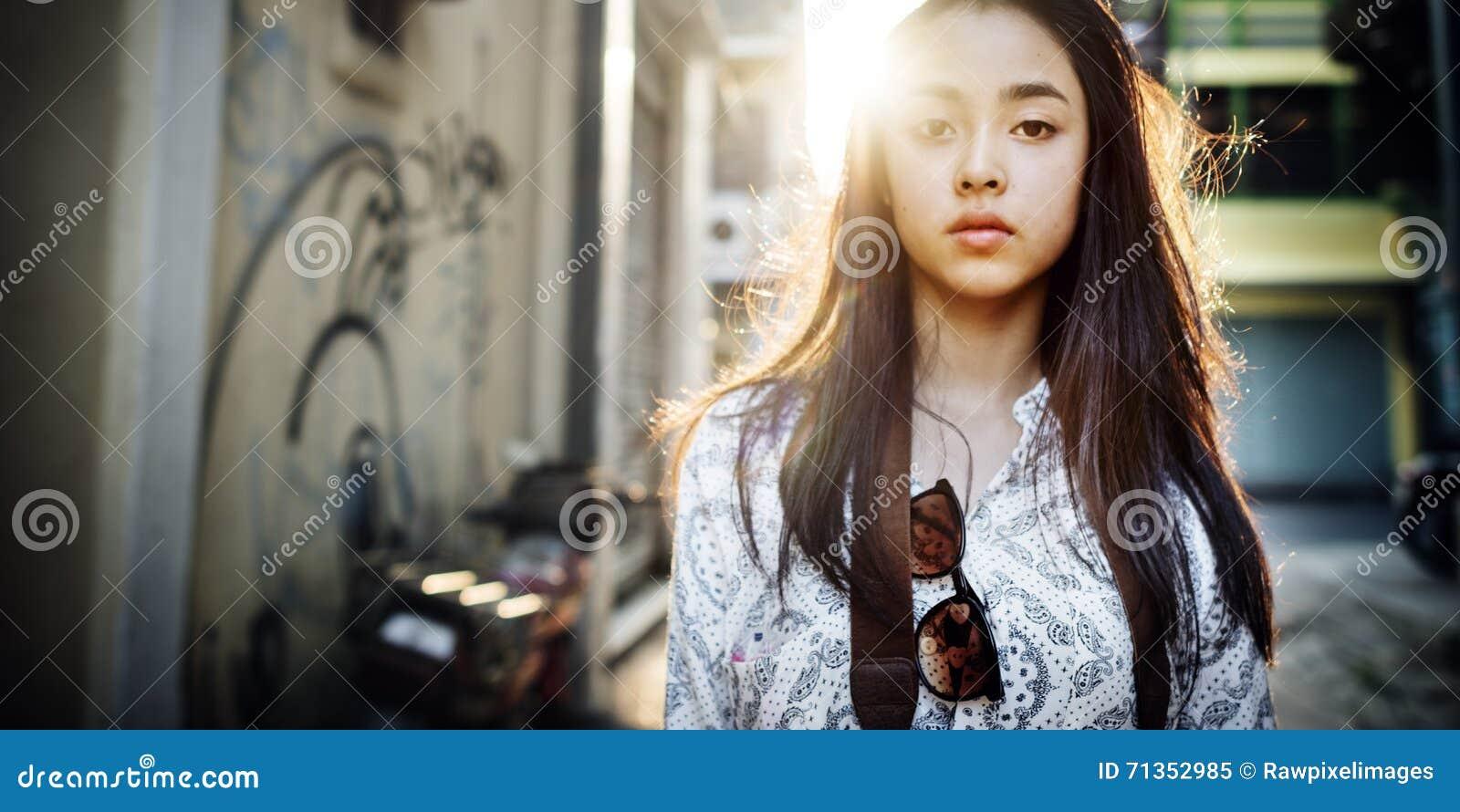 Conceito urbano chique da mulher da cena da cultura de juventude