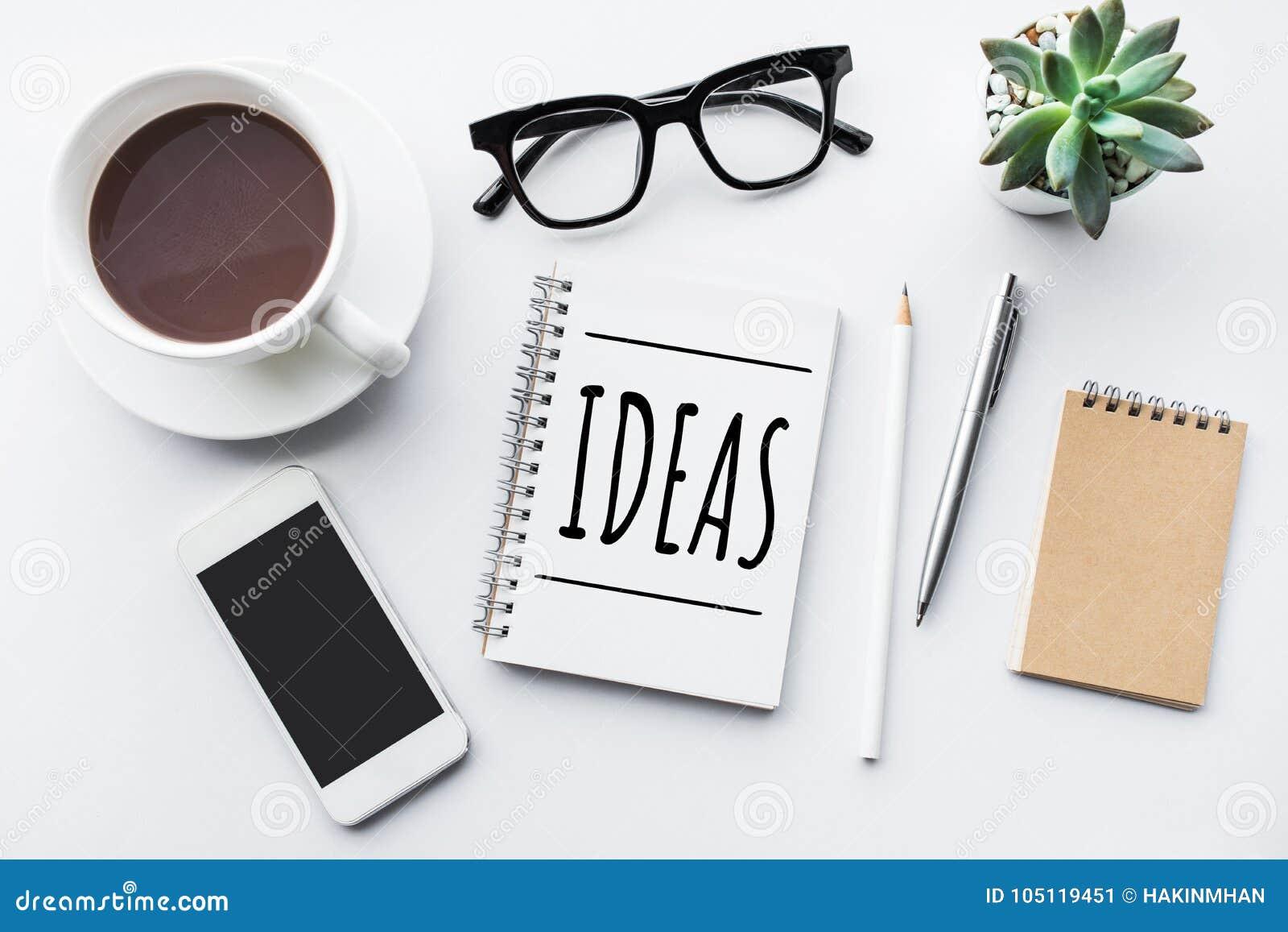 Conceitos das ideias no bloco de notas com tampo da mesa e zombaria do negócio acima