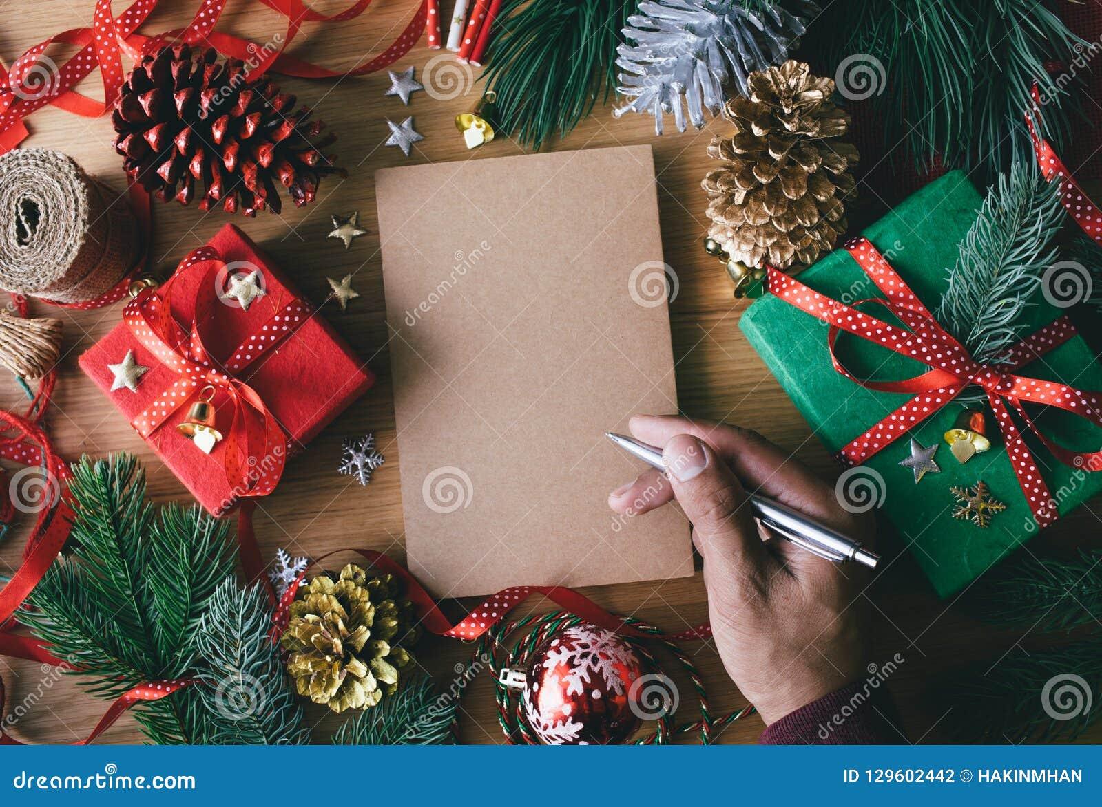 Conceitos do Feliz Natal com os cartões humanos da escrita da mão