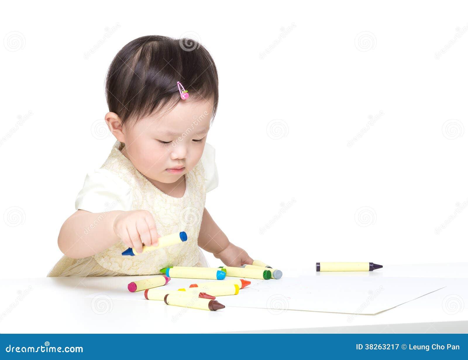 Concentração asiática da menina no desenho