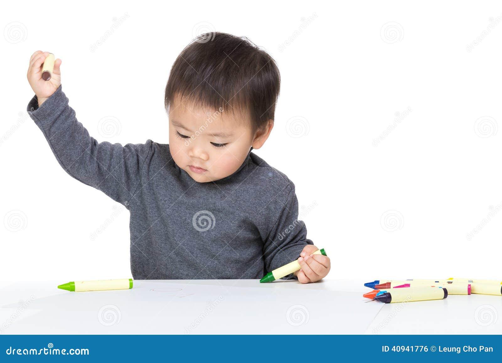 Concentrato del neonato dell Asia sul disegno