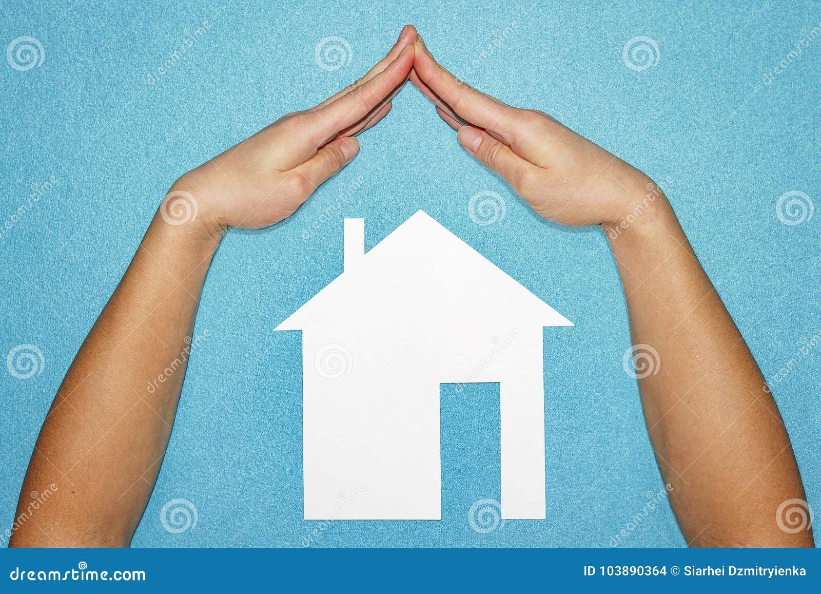 Forme De Toit concept à la maison d'assurance mains sous la forme de toit au