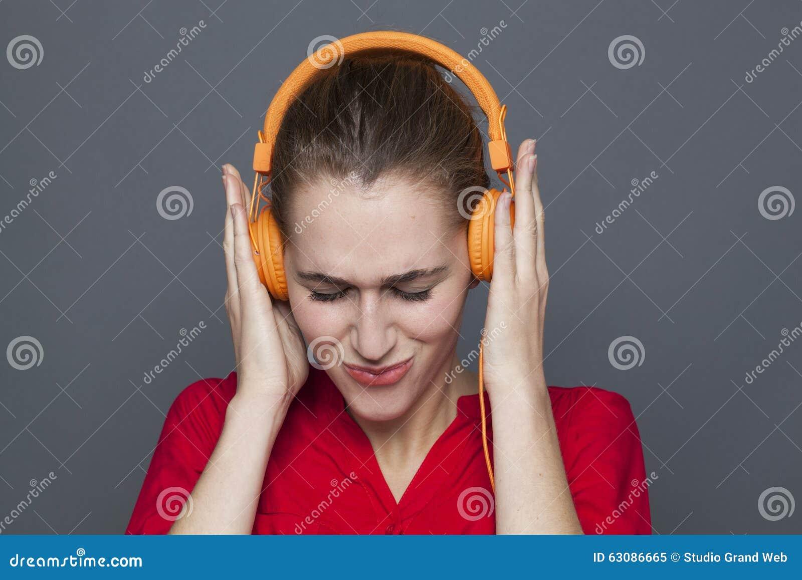 Download Concept à La Mode D'écouteurs Pour La Fille 20s Focalisée Image stock - Image du fixation, écoutez: 63086665