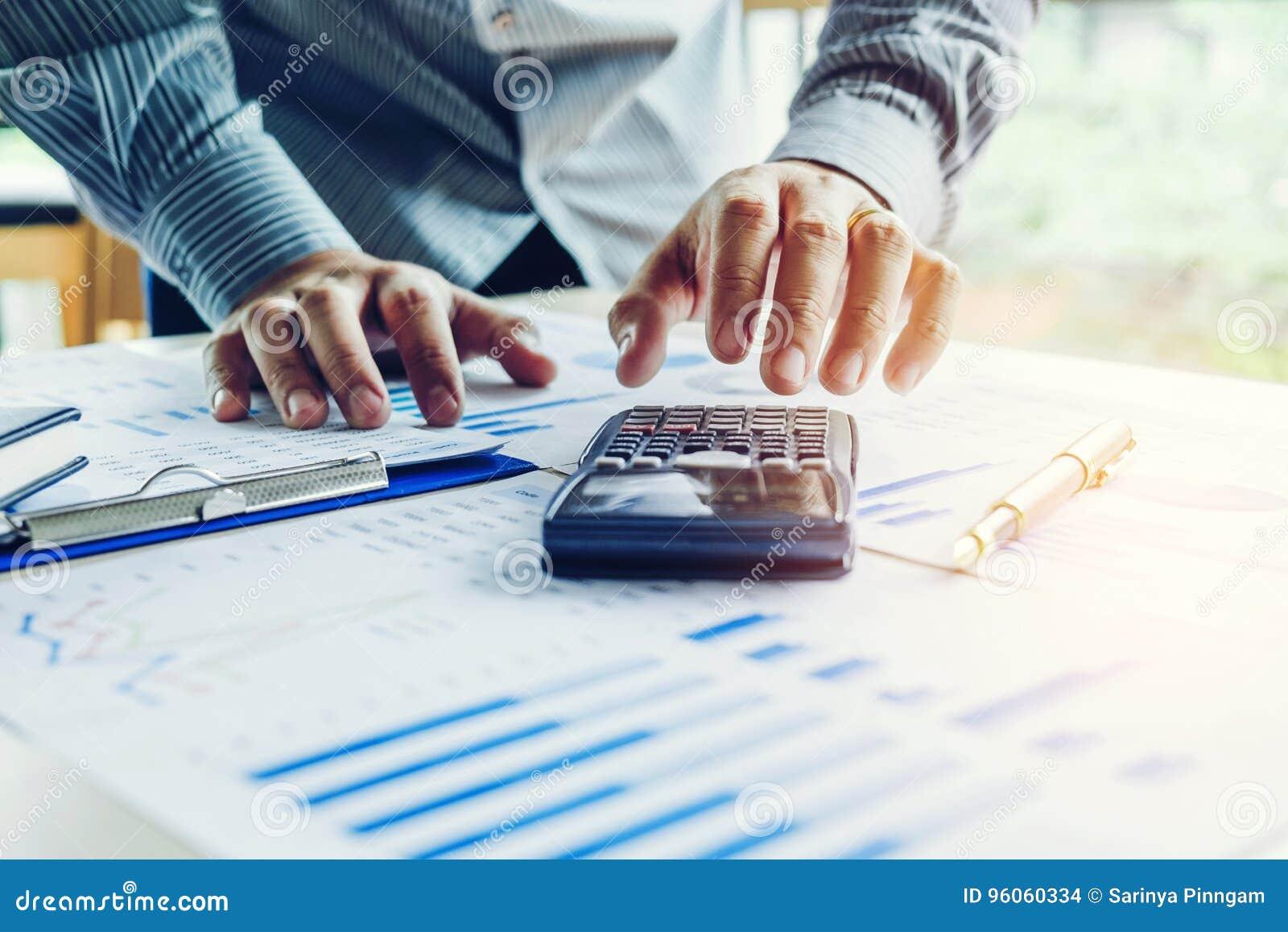Concept économique de coût calculateur de comptabilité d homme d affaires