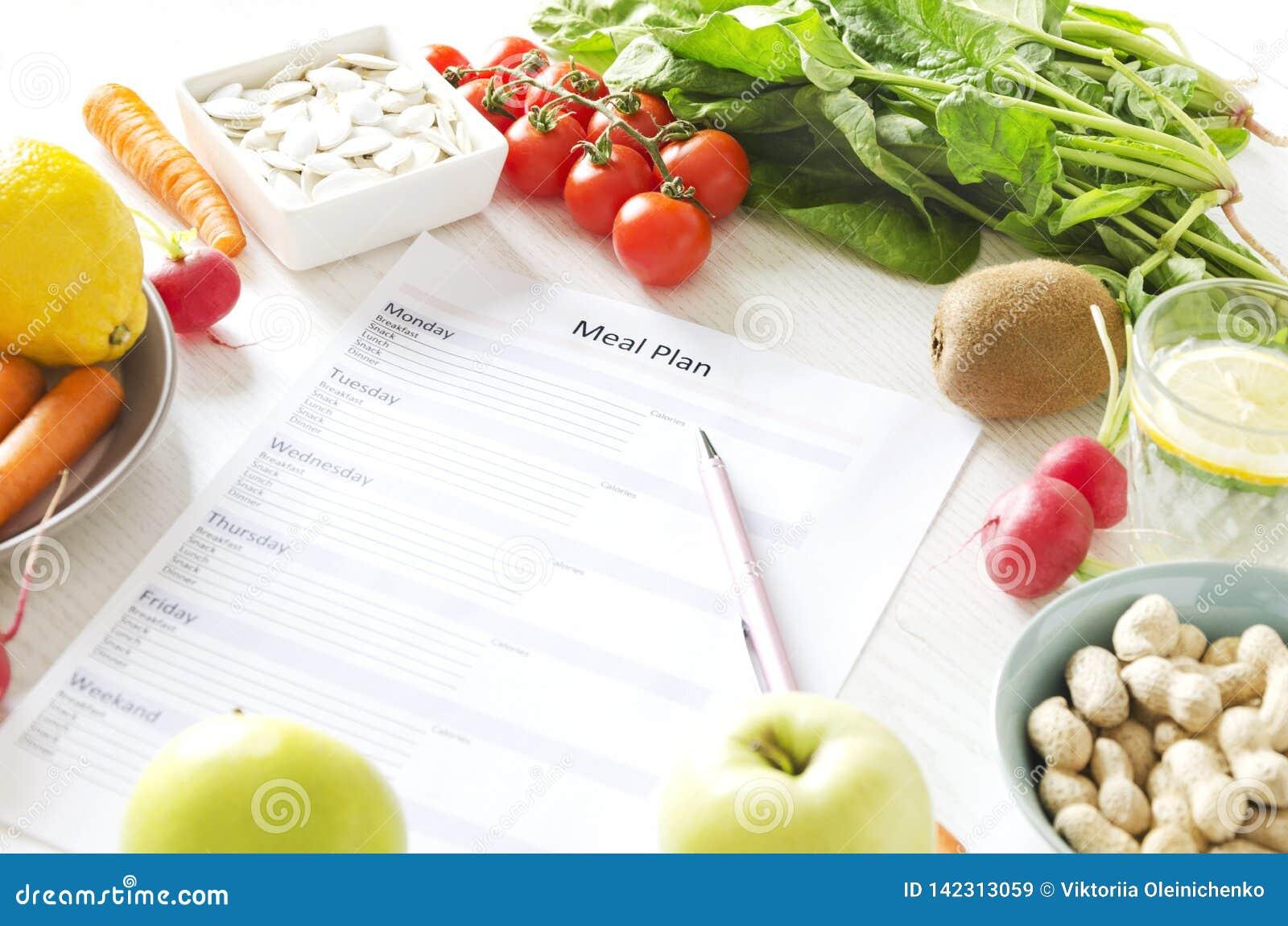Concept équilibré de nutrition et de planification de repas Fruits frais et légumes, graines et écrous pour le mode de vie sain