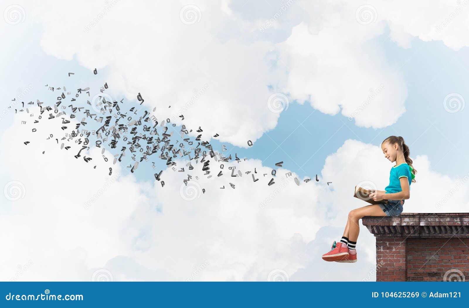 Download Concept Achteloze Gelukkige Kinderjaren Met Meisje Die Deze Wereld Onderzoeken Stock Afbeelding - Afbeelding bestaande uit kaukasisch, moedig: 104625269