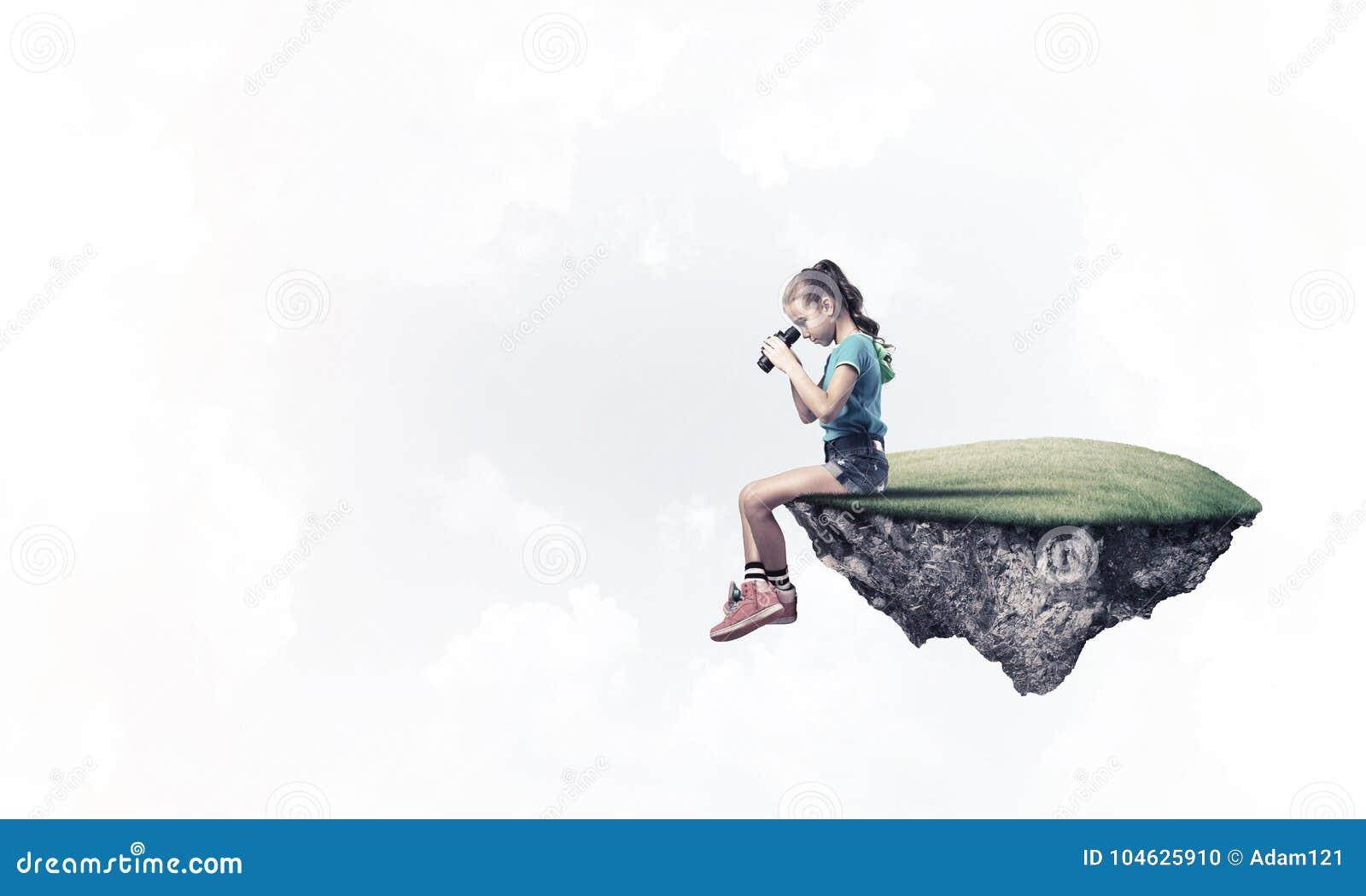 Download Concept Achteloze Gelukkige Kinderjaren Met Meisje Het Kijken In Binocul Stock Foto - Afbeelding bestaande uit vreugde, droom: 104625910