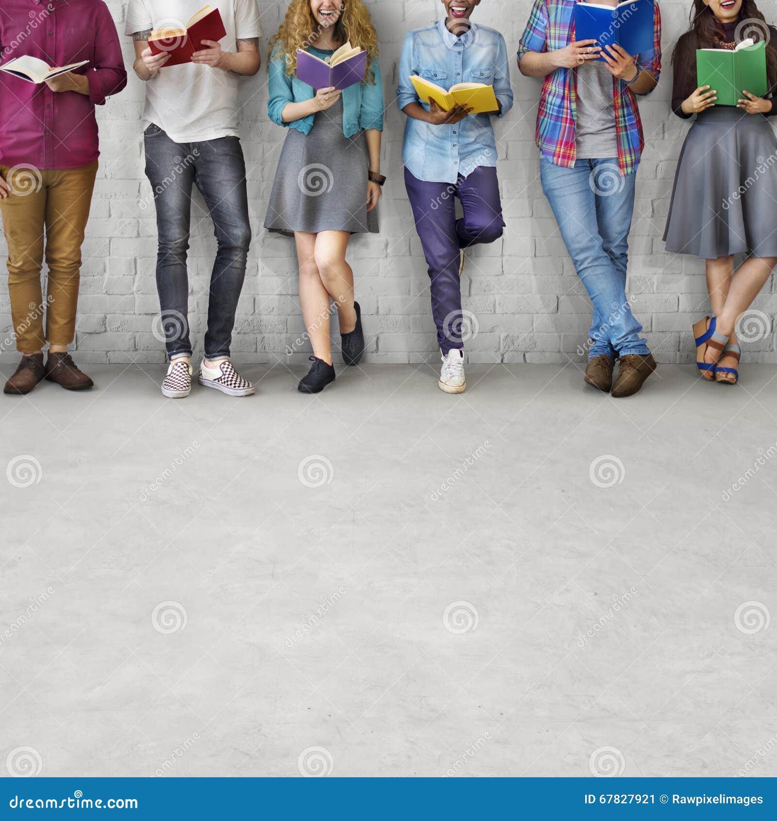 Concept adulte de la connaissance d éducation de lecture de la jeunesse d étudiants