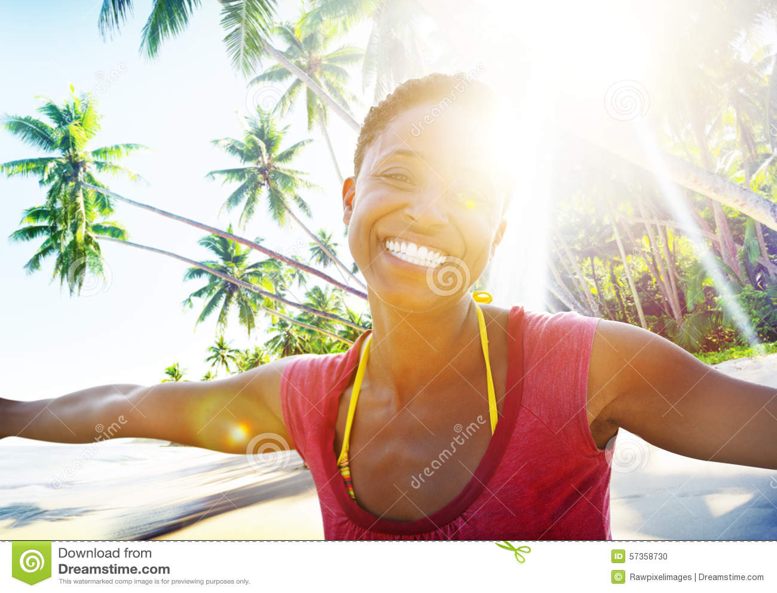 Concept africain de liberté de bonheur de plage de femme