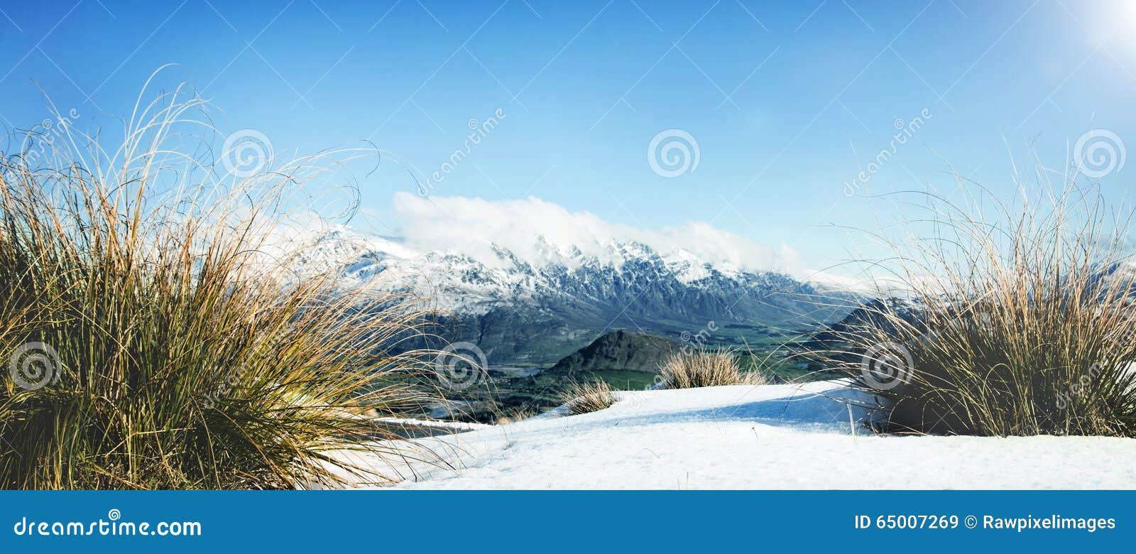 Concept congelé par paysage froid de neige de montagne d hiver