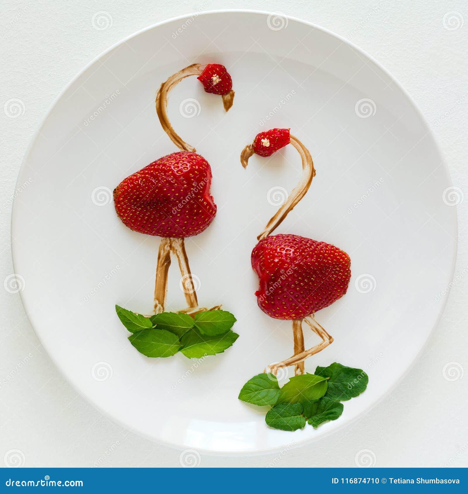 Concept créatif d art de nourriture Flamants du plat blanc Composition en fraise, en chocolat et en menthe
