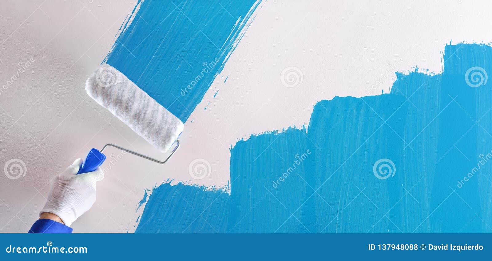 Concept Déchantillon Bleu De Peinture Professionnelle De Main Sur