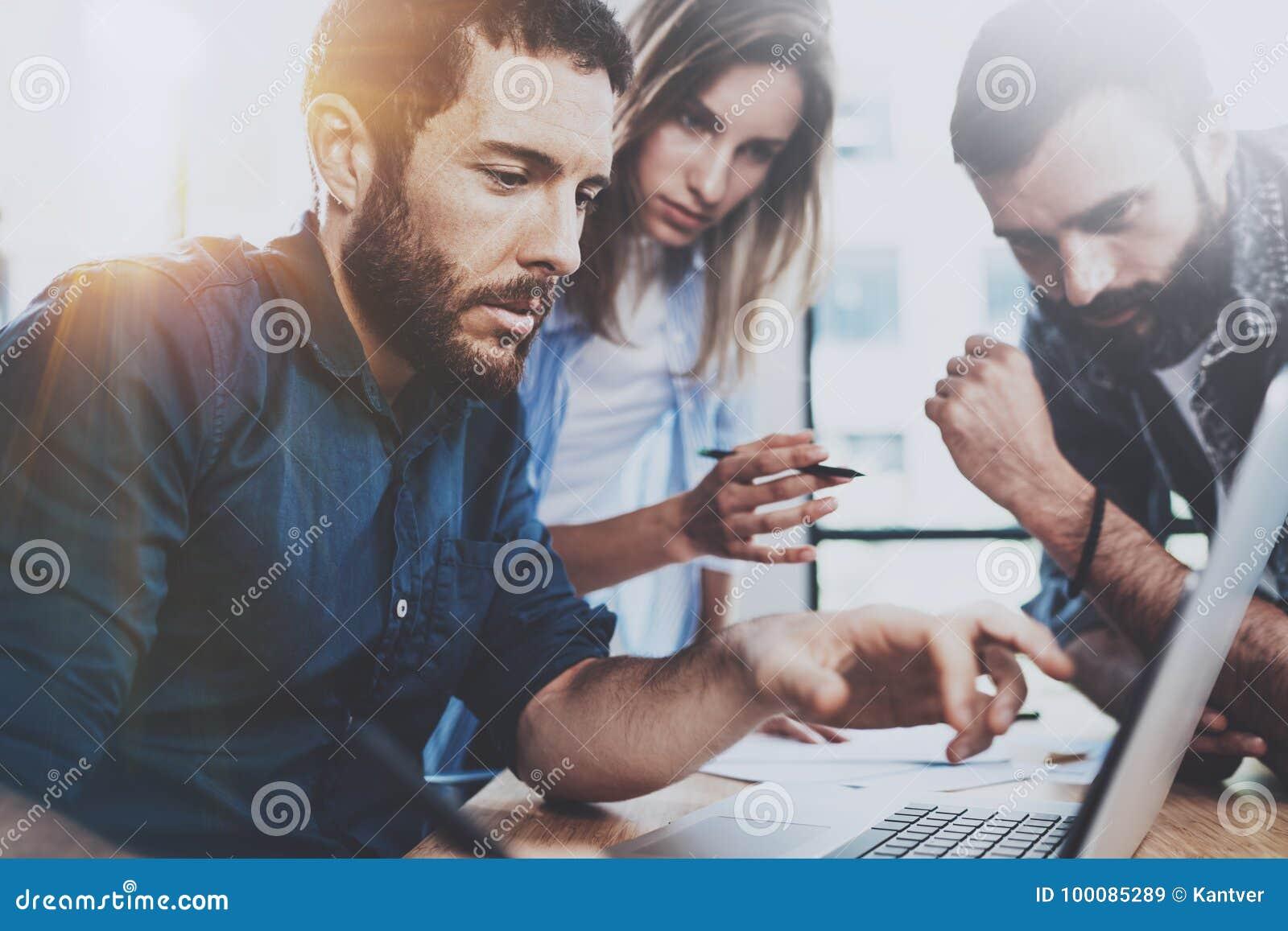 Concept d équipe d affaires Les jeunes professionnels discutant des affaires nouvelles projettent dans le bureau moderne Le group