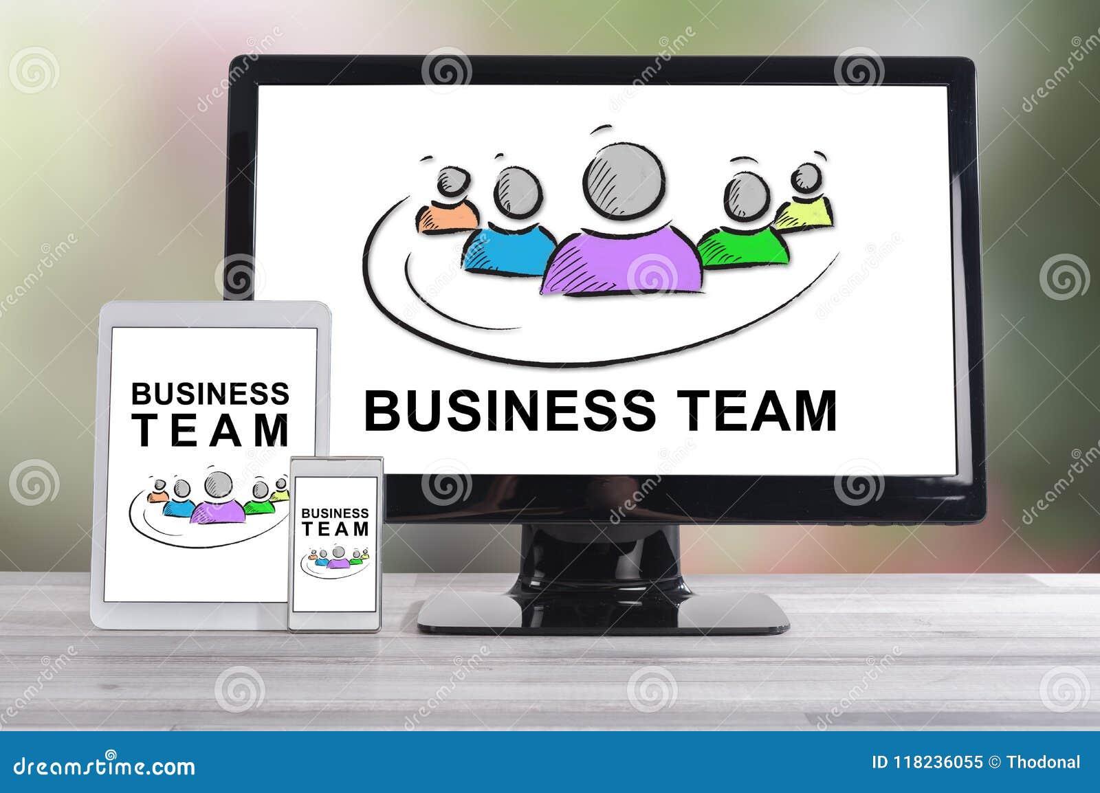 Concept d équipe d affaires sur différents dispositifs