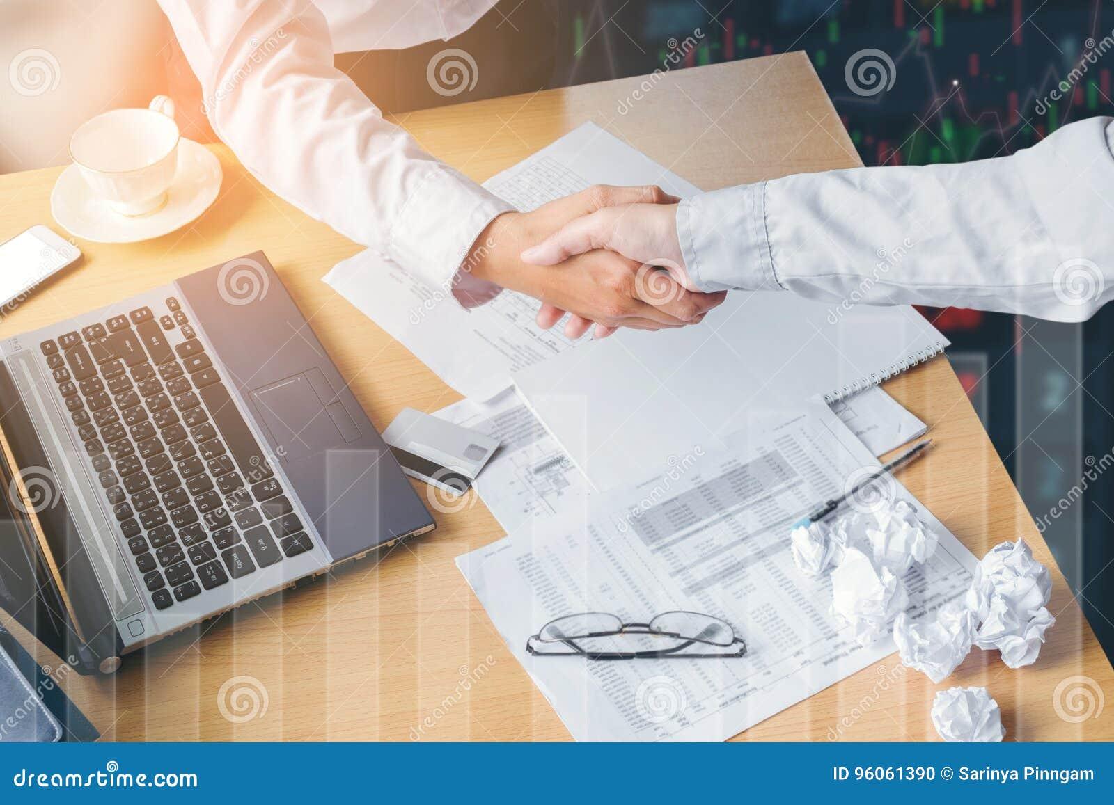 Concept d affaire de salutation de poignée de main d affaires au lieu de travail