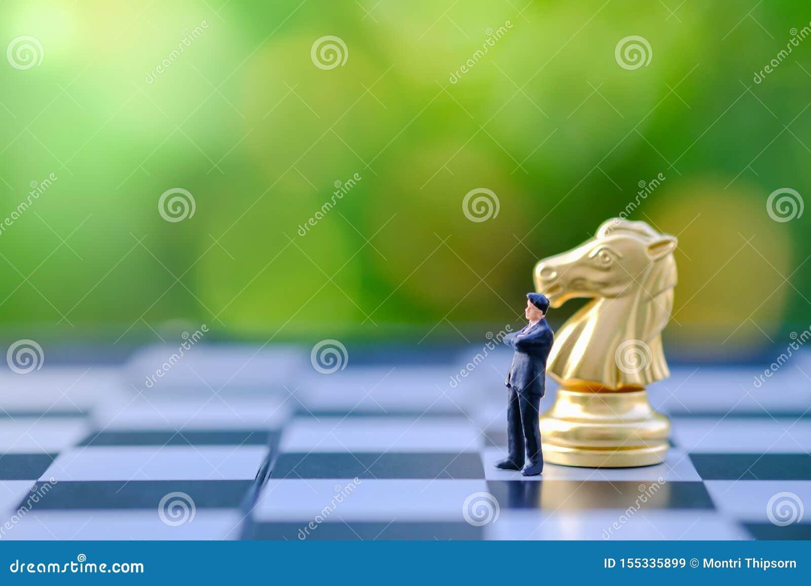 Concept d affaires, de planification, global, de travail et de stratégie Fermez-vous de la position miniature de chiffre d homme