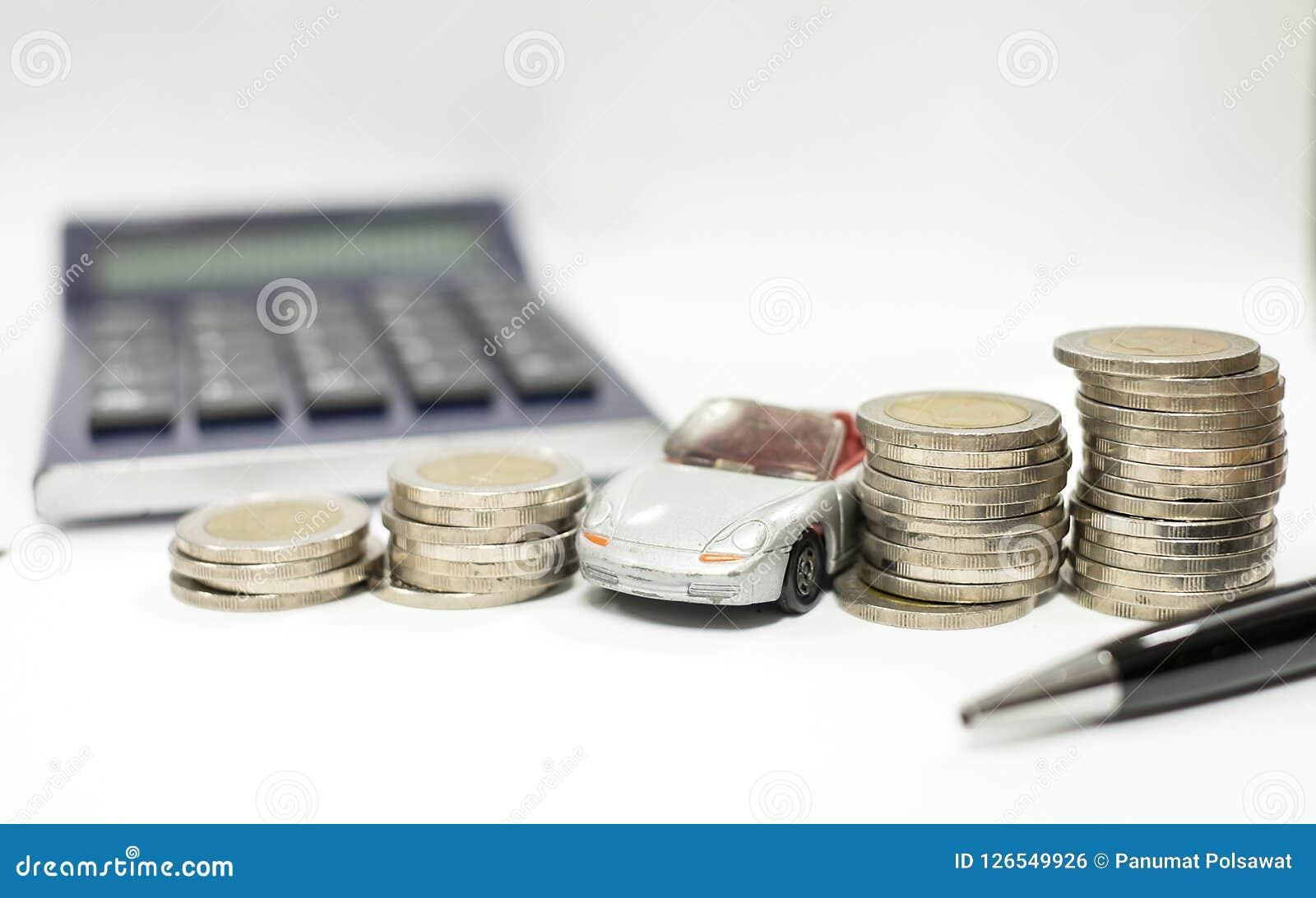 Concept d affaires de prêt automobile, de voiture grise et de piles de pièces de monnaie