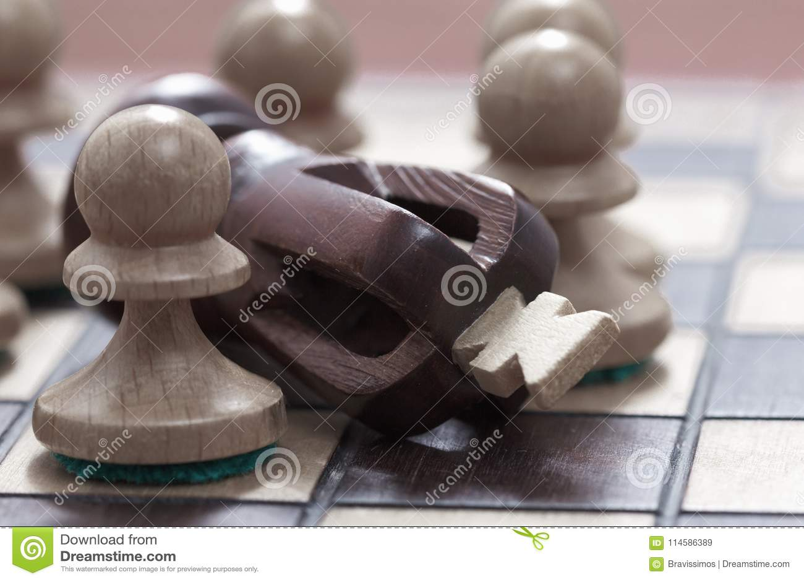 Concept d affaires de victoire, perte, extrémité du jeu Échiquier et roi et gages