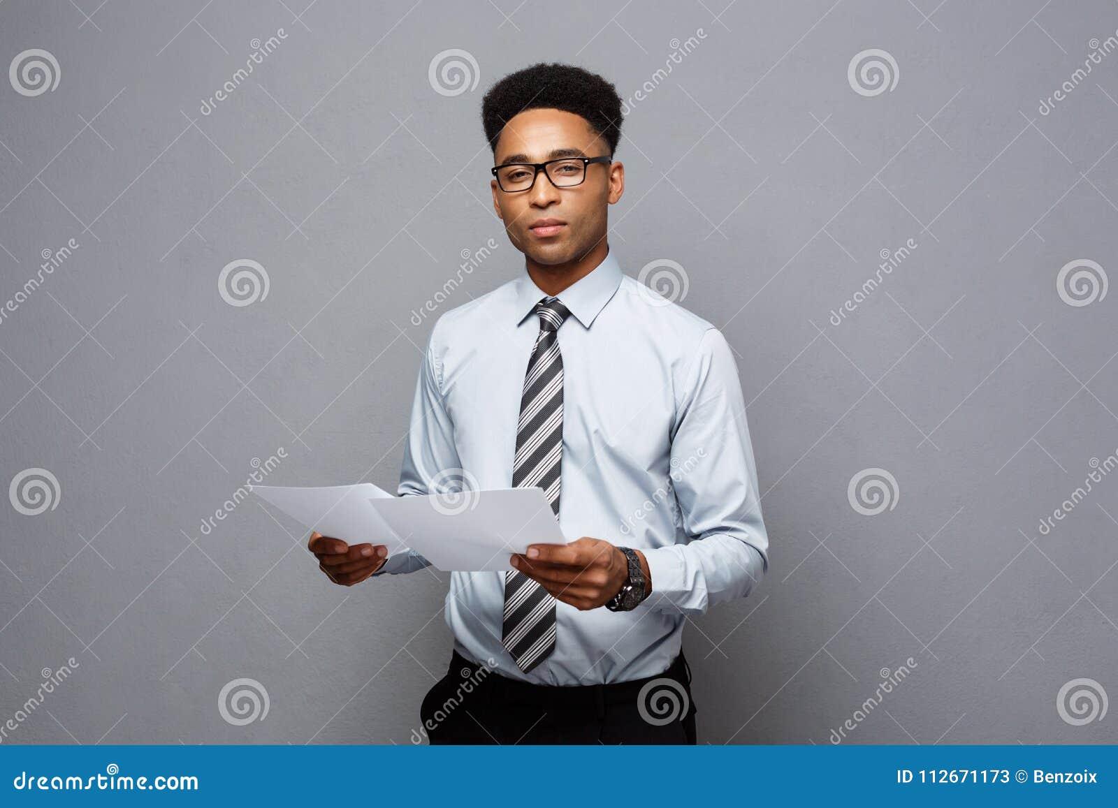 Concept d affaires - jeune homme d affaires professionnel beau d afro-américain tenant des papiers de rapport