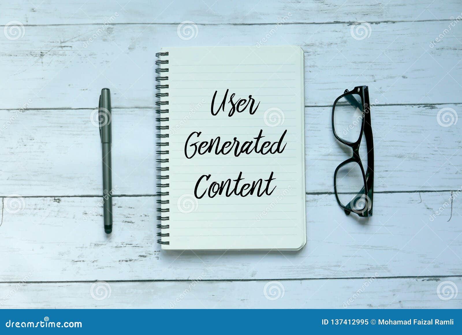 Concept d affaires Vue supérieure du stylo, des verres et du carnet écrits avec le contenu écrit par l utilisateur